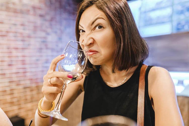 При длительном хранении запах в помещении влияет на вино